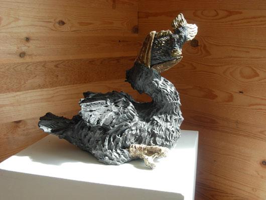 Gulp - Fågelskulptur i svartbrännande lera av Bojan Krogh