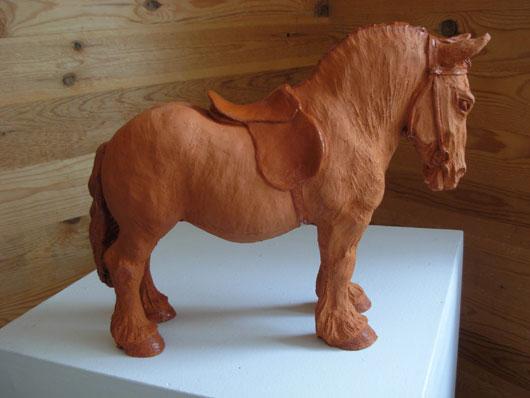 Häst i röd lergods av Bojan Krogh