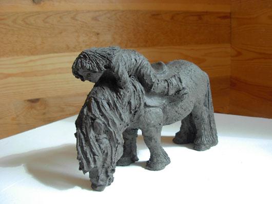 Hals över huvud - Skulptur i svartbrännande lera av Bojan Krogh